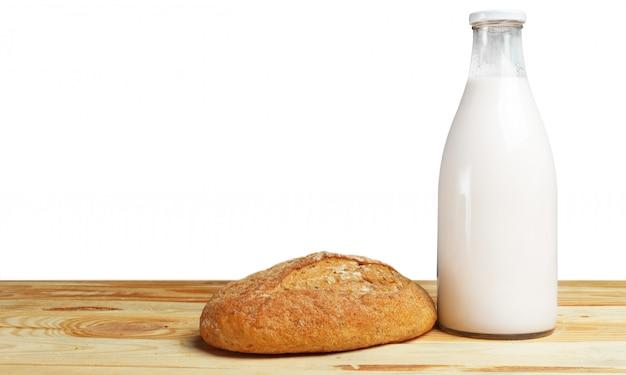 テーブルの上のパンと牛乳