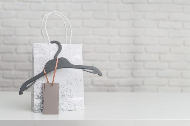 テーブルの上の買い物袋