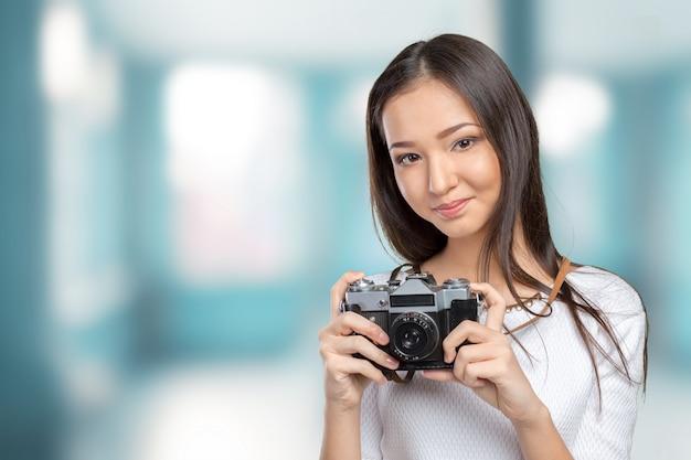 レトロな写真カメラを使用して女性