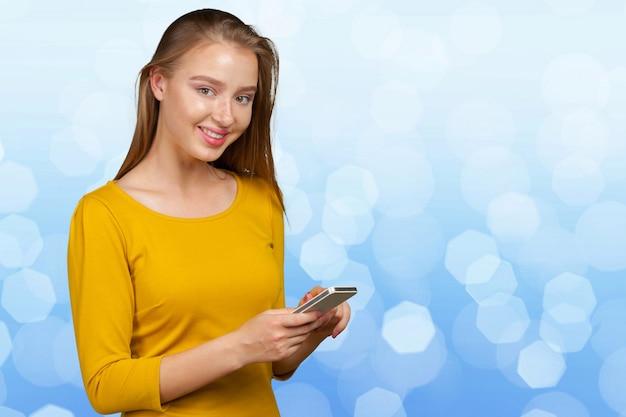 Красивая молодая кавказская бизнес-леди с умным телефоном