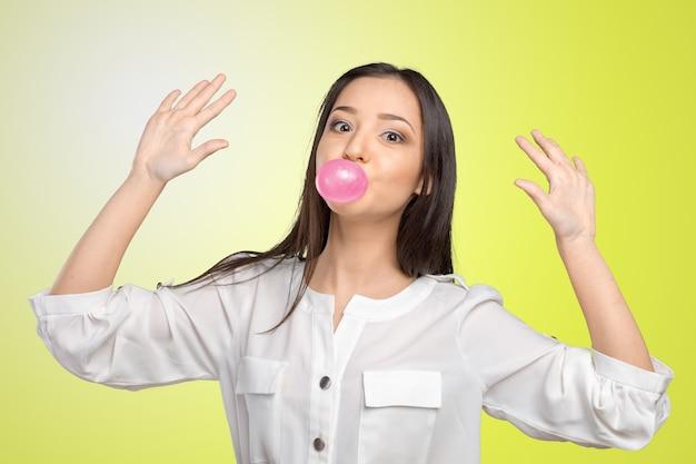 若い女性吹くバブルガム