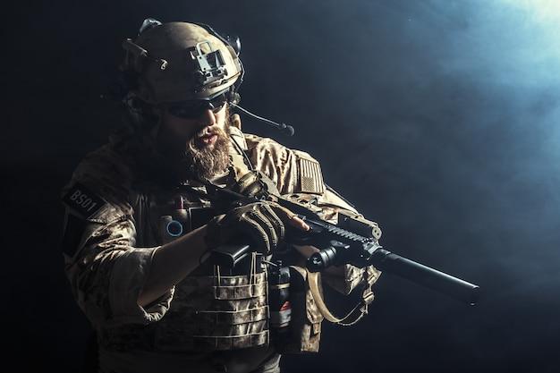 Солдат спецназа с винтовкой на темном фоне