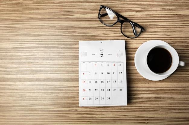 Календарь на деревянном столе