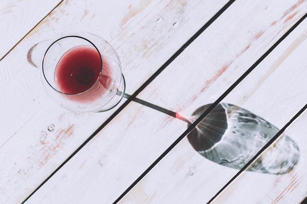 Стакан красного вина на деревянный стол