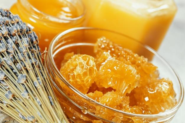 Сладкий мёд на столе