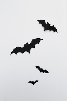 Хэллоуин и концепция украшения - бумажные летучие мыши