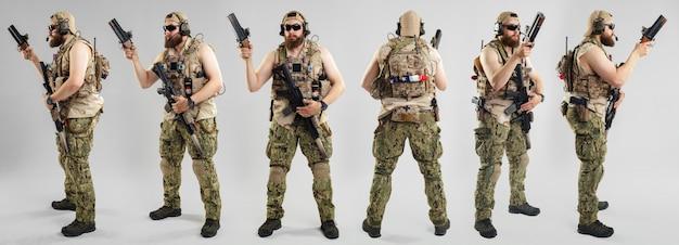 Солдат сил специального назначения с винтовкой на белой предпосылке.