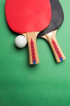 テーブルの上の卓球ラケットとボール