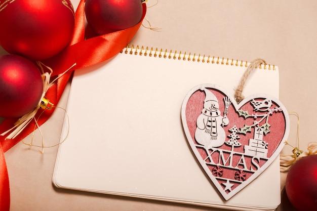 クリスマスの飾りとモックアップのグリーティングカード