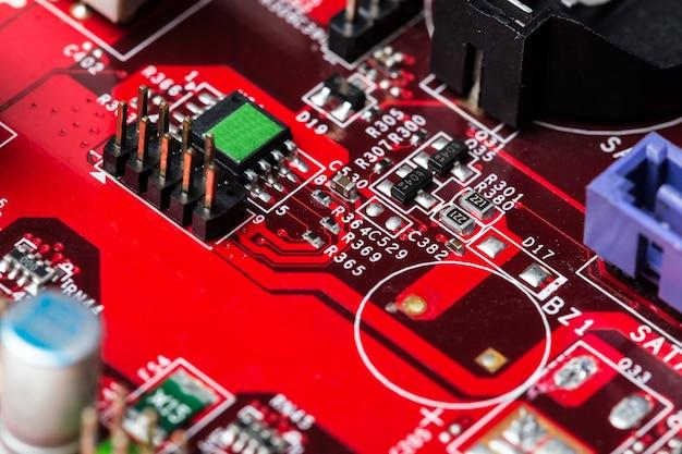 赤いコンピューターチップ