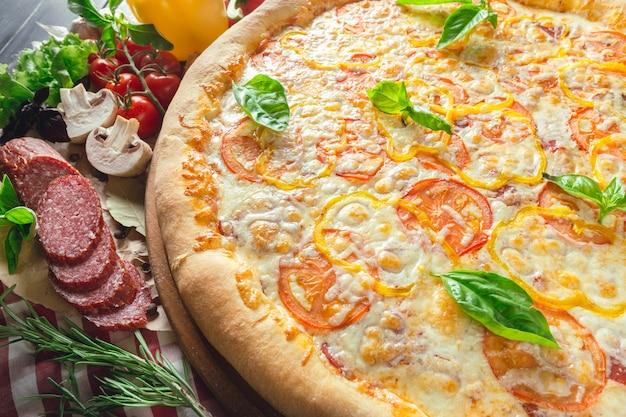 キノコのピザ、ソーセージ