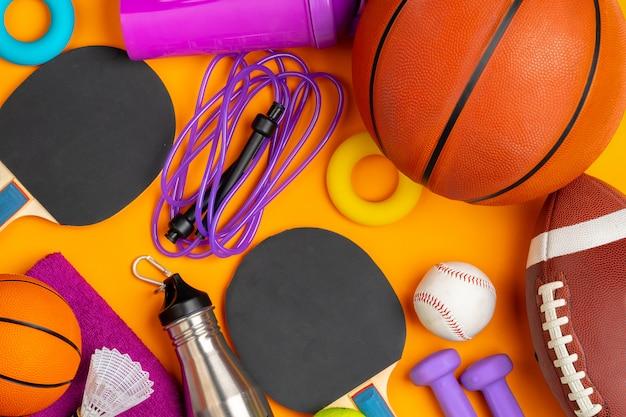 フィットネスやゲーム用のさまざまなスポーツ用品の構成