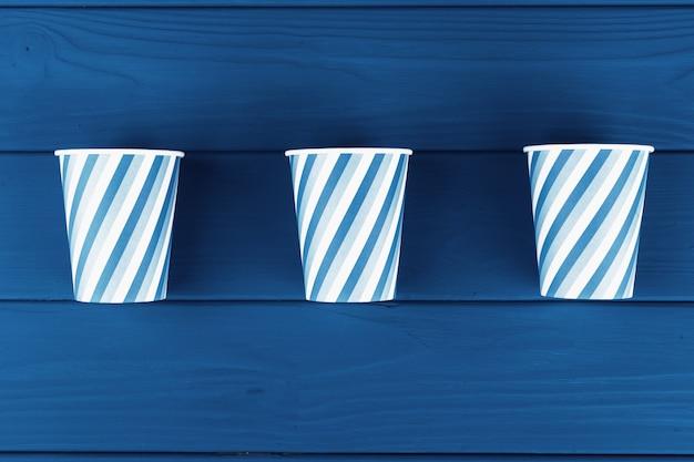 青い木製の板にパーティーカップ