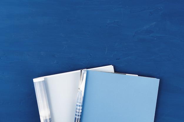 クラシックブルーのコピースペースで開いている雑誌のページのトップビュー