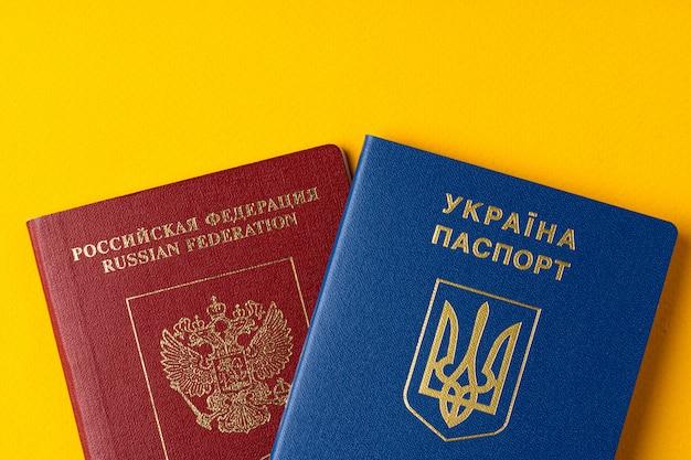 黄色で一緒にロシアとウクライナのパスポート
