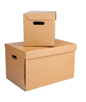 Картонная коробка коричневого цвета на белом фоне