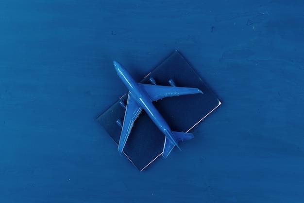 クラシックブルーのおもちゃの飛行機