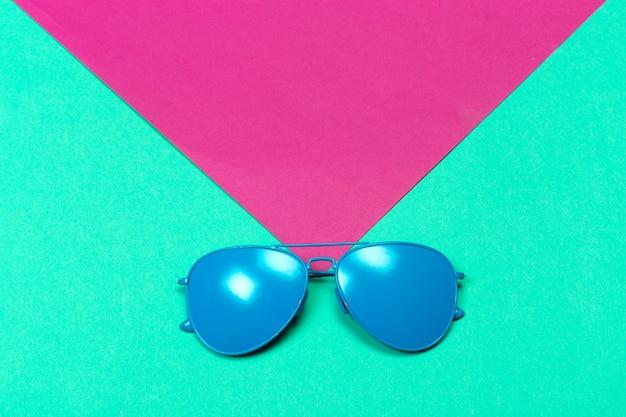 Модные солнцезащитные очки на минимально разноцветных