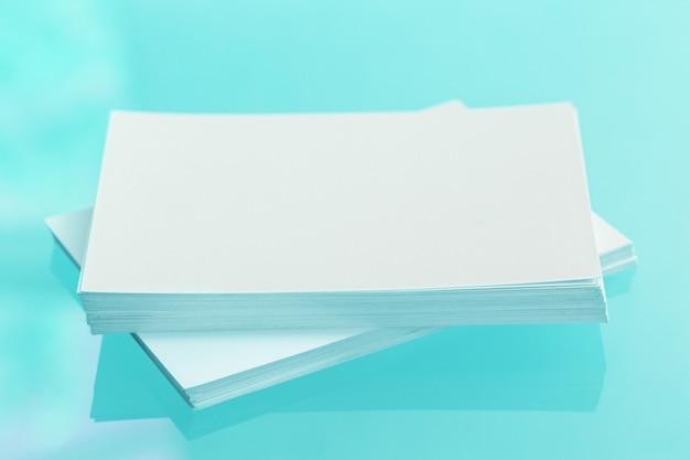 空白の名刺の束