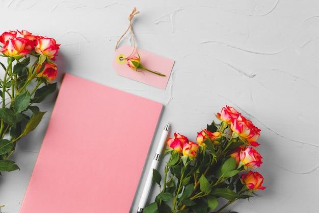 花と空白の紙タグ。花を送る