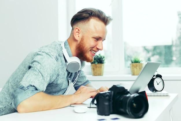Фотограф выбирает фотографии на своем компьютере