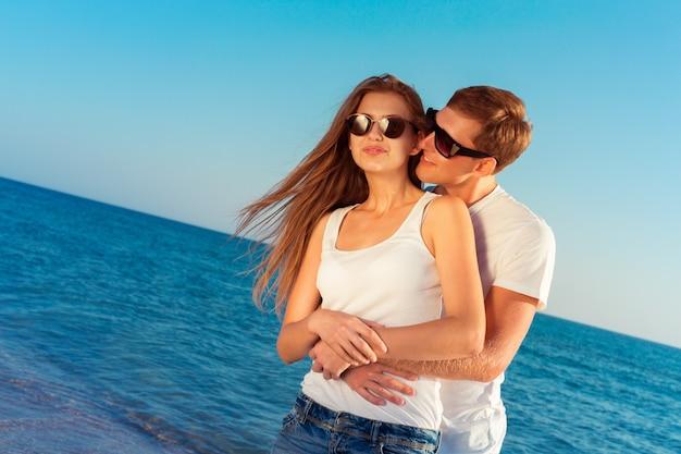 Летняя пара на пляже