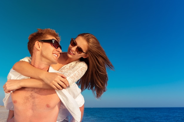 Прекрасная пара на пляже