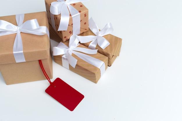 Подарочные коробки на белом столе