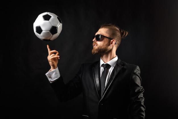 Футбольный спортивный менеджер в деловом костюме
