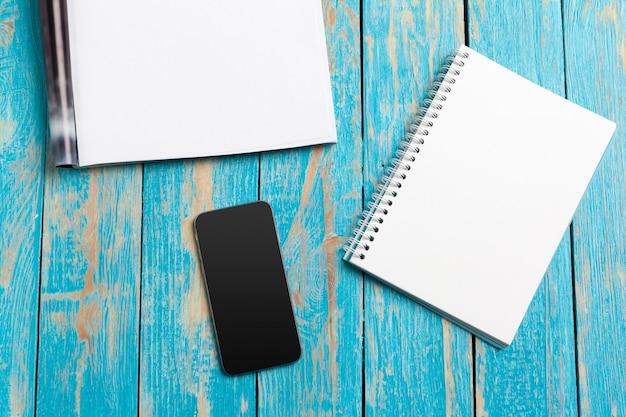 モックアップ雑誌または木製テーブルのカタログ。