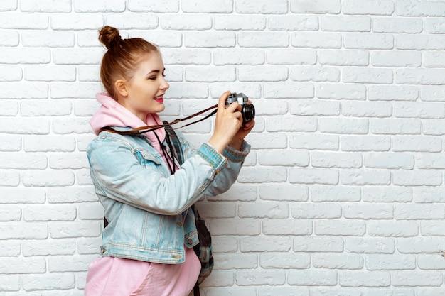 女性旅行者の写真家
