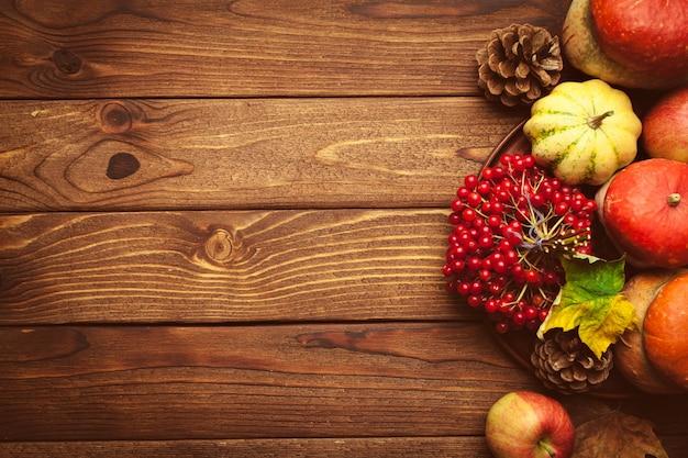 木製のテーブルにフルーツと秋の背景