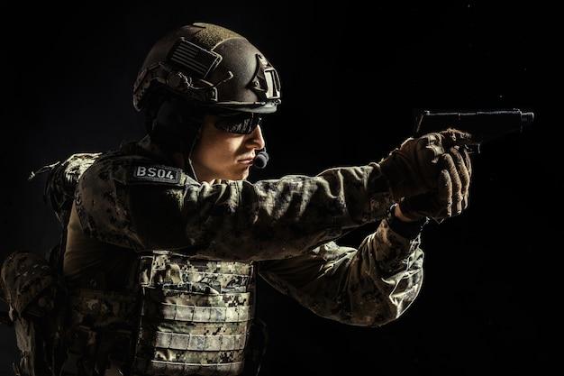 Солдат спецназа с винтовкой на темноте