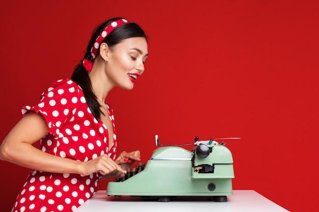 タイプライターで入力する女の子をピンで留める