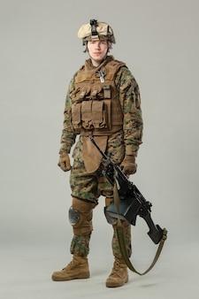 カモフラージュ持株ライフルの兵士
