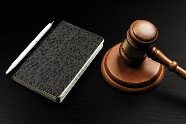 メモ帳に木製裁判官ハンマーのイメージ