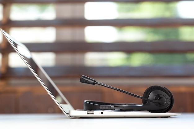 ヘッドセットとコンピューターのラップトップ、コールセンターのサポート