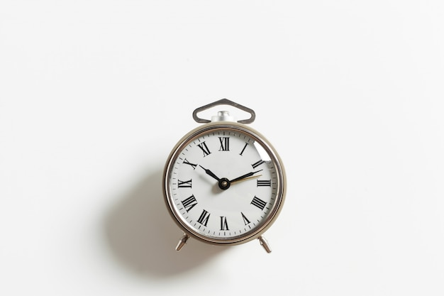 分離されたビンテージの目覚まし時計