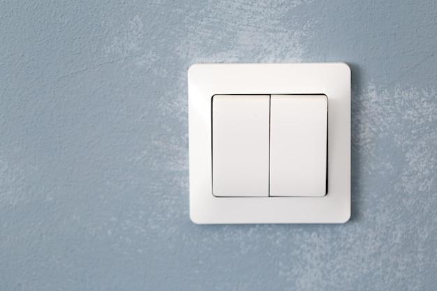 Выключатель света встроен в текстуру стены