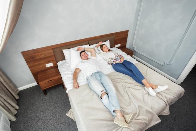 若いカップルが一緒に旅行するホテルの部屋レジャー