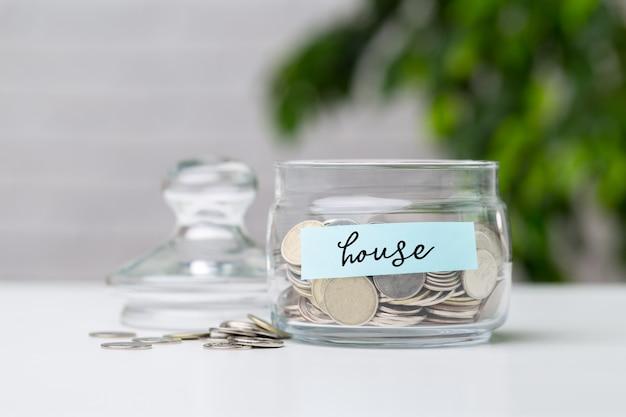 お金の概念のためのガラス瓶の中のお金の節約