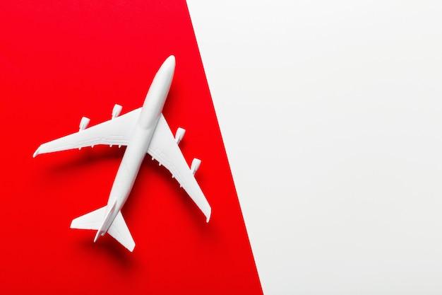 Миниатюрный самолет на тему путешествий
