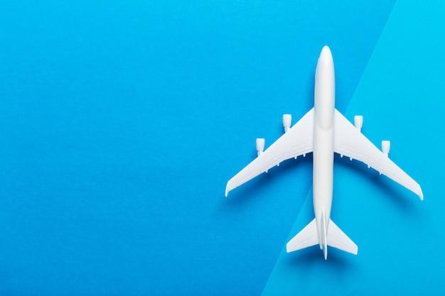 Миниатюрный самолет путешествия фон