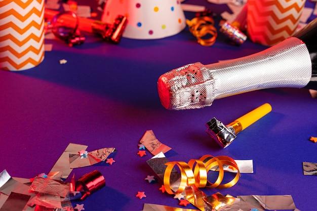 紫色の背景にシャンパンボトルをクローズアップ。パーティーのコンセプト