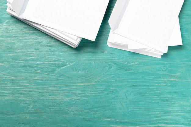木製のテーブルの上の封筒