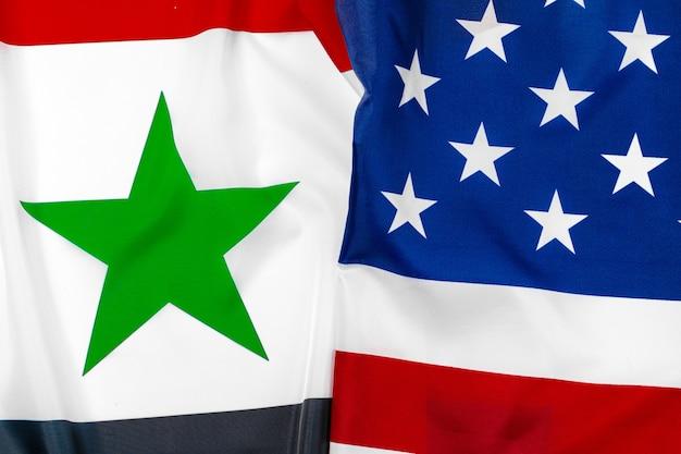 シリアの国旗とアメリカ合衆国の国旗を一緒に