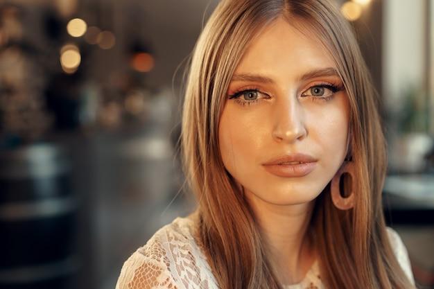 カフェで美しい女性モデルの肖像画