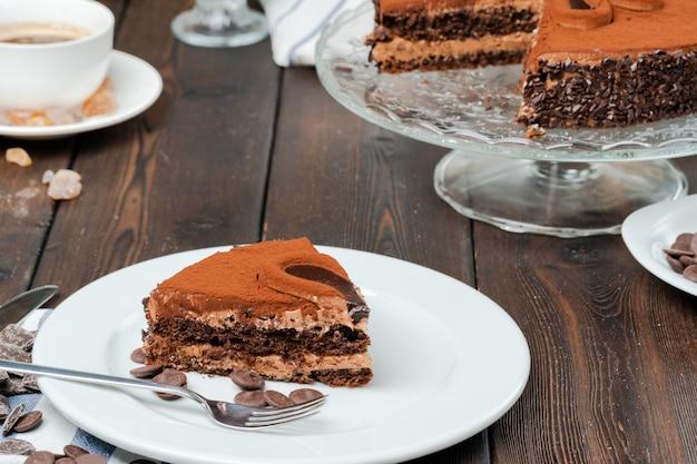 Шоколадный торт с шоколадной пудрой на вершине
