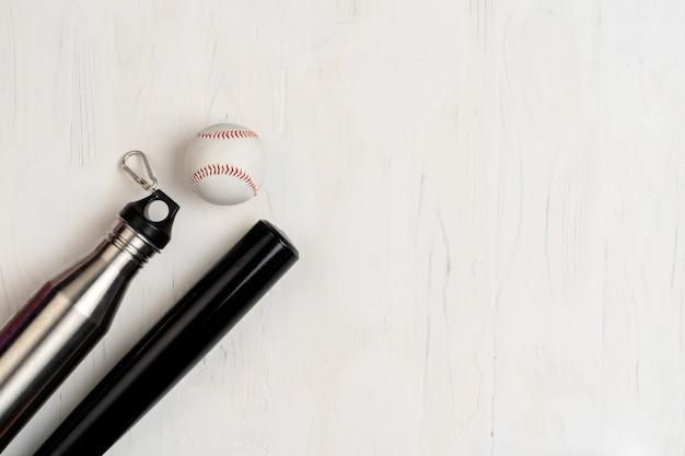 野球のバットとボール、上からの眺め