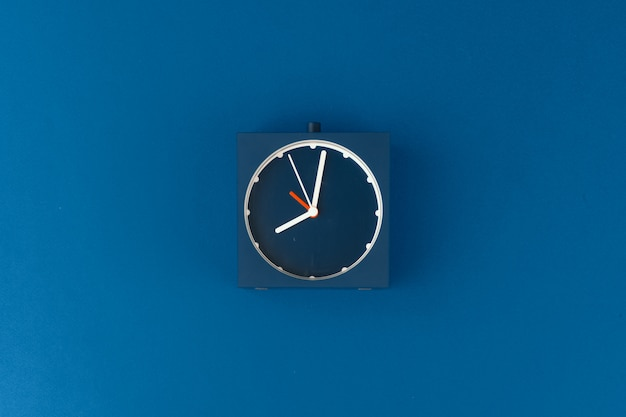 古典的な青色の背景に目覚まし時計のトップビュー